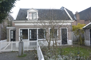 19C house in Jacobsgasthuissteeg with pilgrim statue
